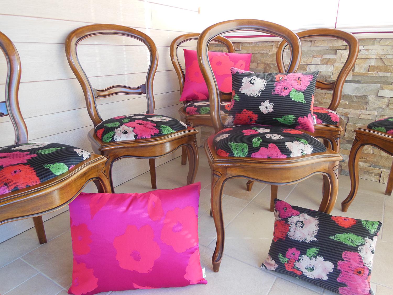 Relooking d'un ensemble de chaises Louis Philippe en tissu Sonia Rykiel , coussins assortis en soie.