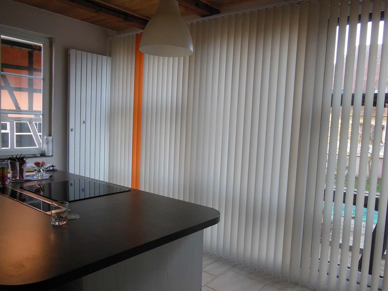 Stores à bandes verticales dans une cuisine à Nordhouse